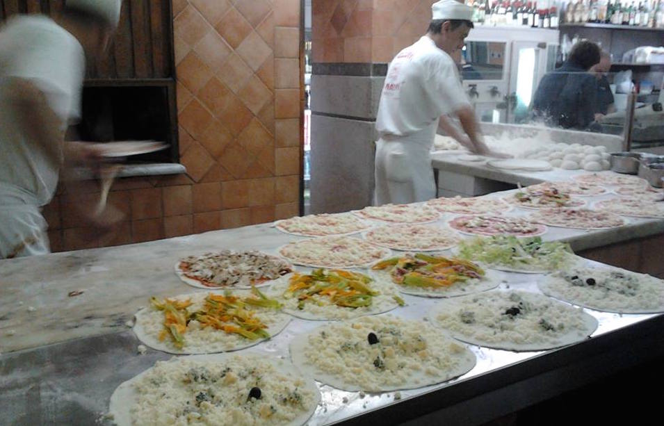 Tavolini Di Marmo Trastevere : Dai marmi: la pizzeria di una volta er sanpietrino